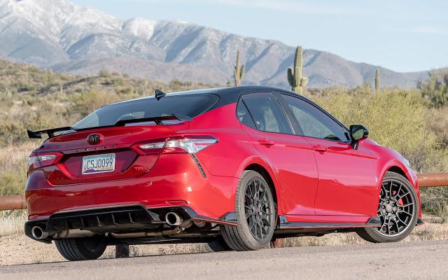 Toyota Camry TRD 2020 traz enfeites e ajustes esportivos